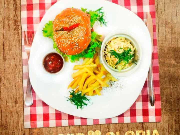 Бургеры в кафе «Глория»
